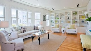 Living complet alb cu parchet din lemn masiv