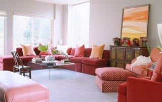 Living cu coltar rosu si fotolii rosii si roz