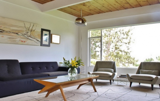 Living in stil minimalist cu canapea gri petrol si fotolii crem