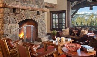 Living in stil rustic cu canapele si fotolii din piele maro