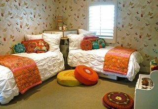 Camera de copii cu doua paturi asezate cap in cap