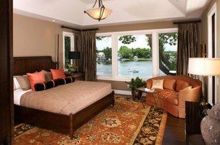Canapea de doua locuri asezata in colt in dormitor
