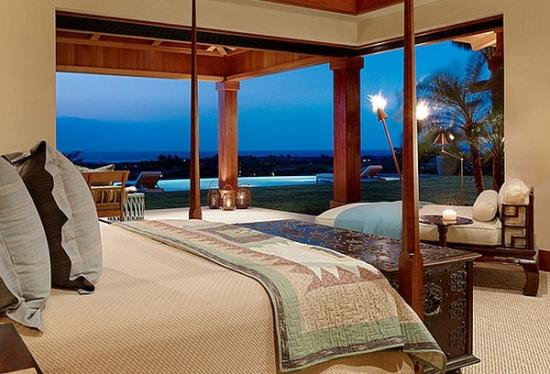 Dormitor cu mobila clasica si sezlong asezat langa fereastra