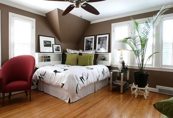 Dormitor cu peretii maro inchis si pat pe colt