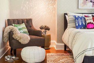 Fotoliu si taburet pentru picioare asezat in dormitor in colt
