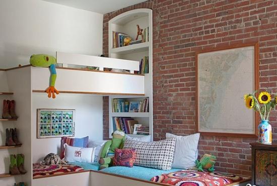 pat etajat pentru doi copii asezat in coltul dormitorului