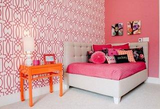Pat tapitat de colt si pereti roz si roz cu model alb