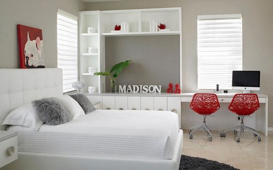 Dormitor alb cu accente decorative rosii si spatiu de lucru