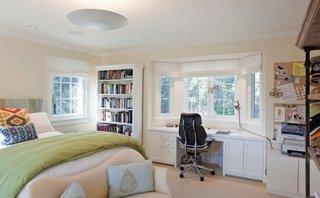 Dormitor amenajat clasic cu birou langa fereastra