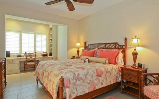 Dormitor tropical cu birou alb in fata ferestrei