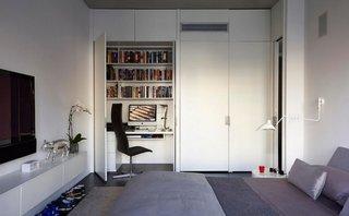 Un birou amenajat in dulapul din dormitor