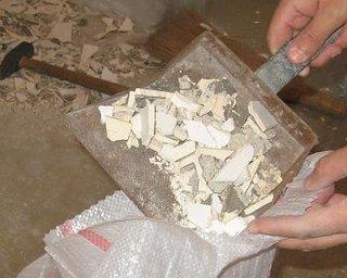 Umplerea sacilor cu resturile de faianta veche