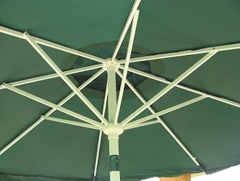 Umbrela de gradina montata