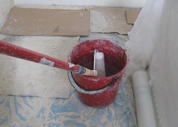 Curatarea peretilor de vopseaua veche
