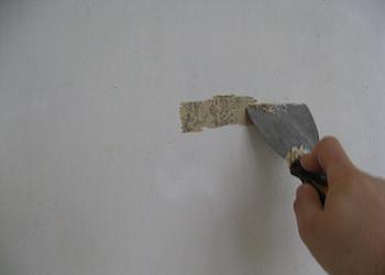 Curatare vopsea veche cu spaclul
