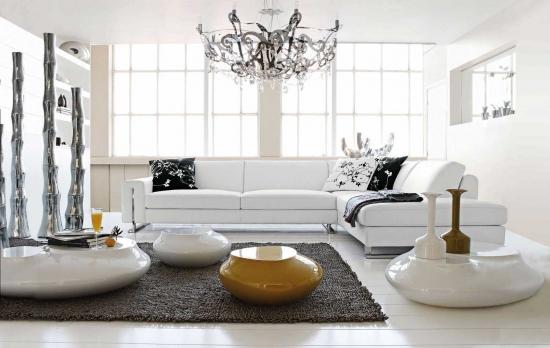 Living cu accesorii decorative din inox si ceramica portelanata