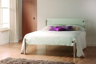 Pat de dormitor din inox si sticla