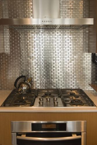 Inoxul alternativa la placarea peretilor din bucatarie cu faianta