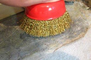 Curatare urme de adeziv de pe ciment cu peria de sarma