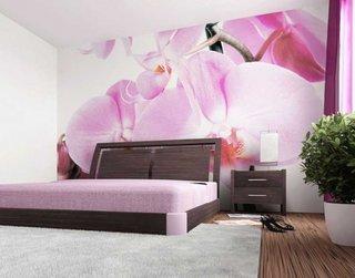 Dormitor mare cu tapet pe perete cu orhidee