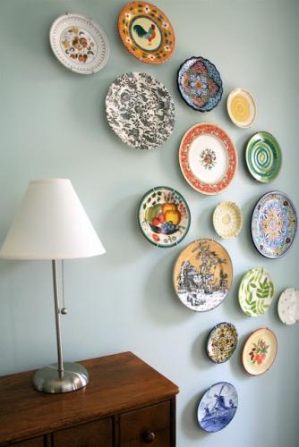 Aranjament artistic de farfurii pe perete