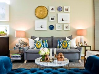 Canapea gri si farfurii colorate ca decoratiuni