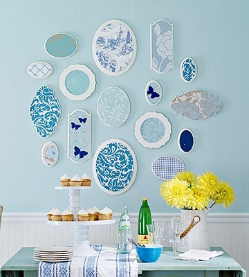 Colaj alb cu bleu pe perete