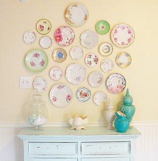 Decor fresh in stil cottage cu farfurii pe perete