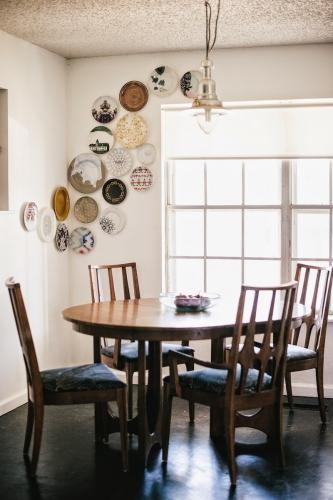 Dining in stil rustic cu decor de farfurii pe pereti
