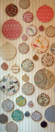 Farfurii cu material textil in diferite imprimeuri decor modern pereti