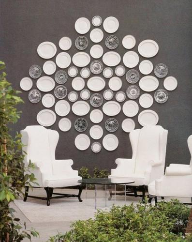 Perete de accent gri carbon si farfurii decorative albe si alb cu negru