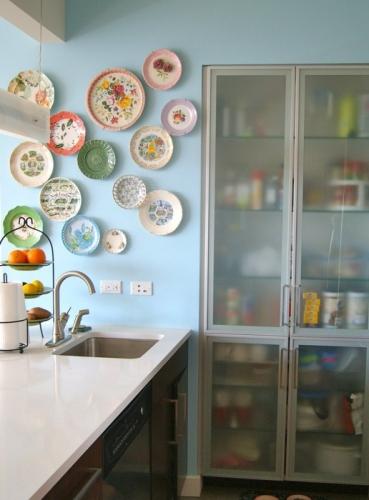 Perete de langa chiuveta de bucatarie decorat cu farfurii colorate