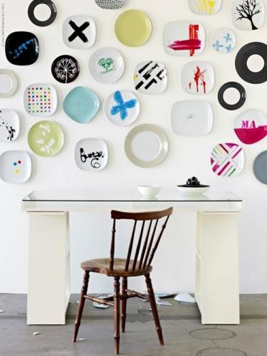 Perete din fata biroului decorat cu farfurii colorate din ceramica