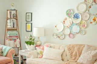 Perete din spatele canapelei decorat cu farfurii in culori pastel