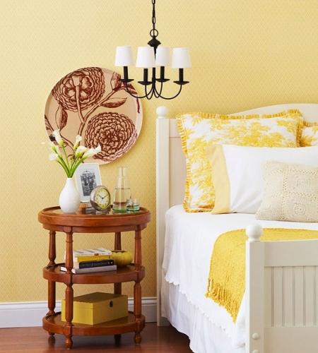 Platou mare din ceramica asezat in dormitor pe peretele deasupra noptierei