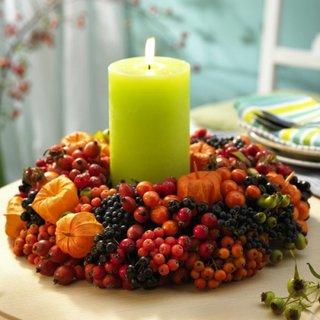 Aranjament pentru masa cu lumanari si fructe de padure de toamna