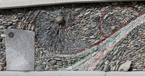 Decor in spirale din pietre de rau