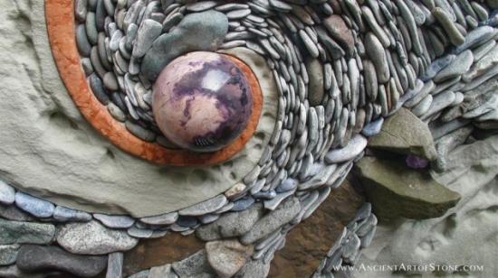 Decor zid din pietre colorate