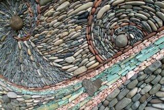 Design in spirala cu pietre de rau