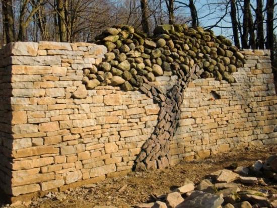 Gard unic din piatra cu model