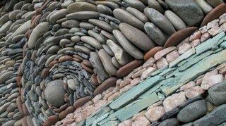 Perete placat cu pietre de rau