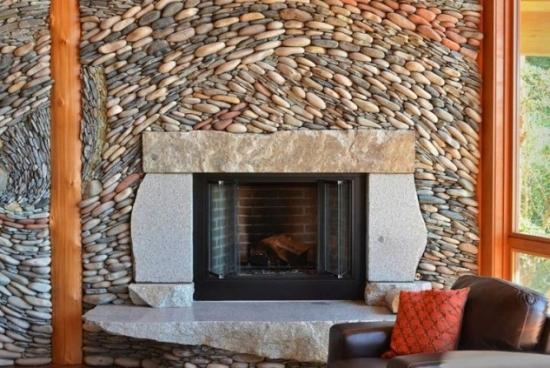 Placare perete semineu cu piatra de rau in doua culori