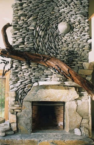 Semineu placat in model spirala cu pietre rau