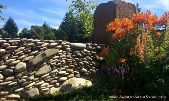 Zid decorat cu pietre mari de rau