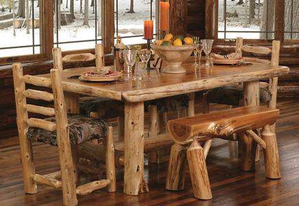 Loc de luat masa cu masa si scaune confectionate din busteni