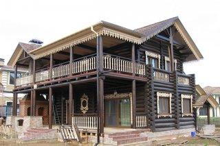 Casa rustica cu decoratiuni sculptate in lemn