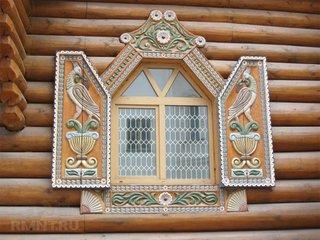 Fereastra cu obloane si ancadramente din lemn sculptat