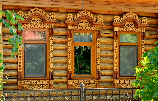 Ferestre rustice sculptate din lemn