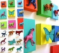 Figurine cu sclipici lipite pe perete camera bebe