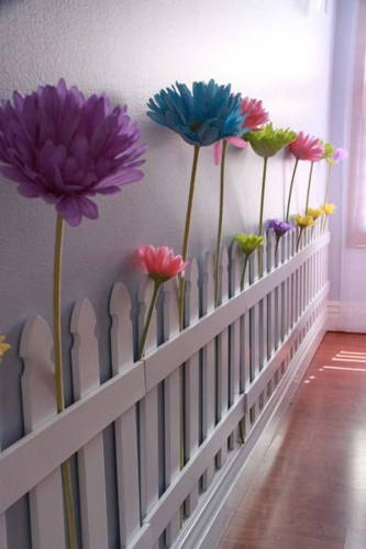 Gard din lemn cu gradina cu flori in camera copil